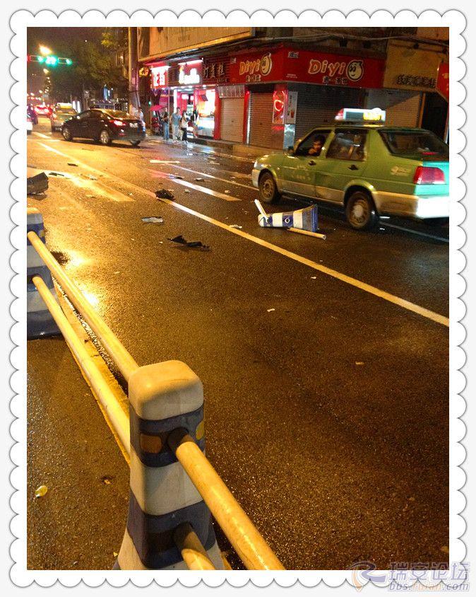 昨晚夜里虹桥路十字路口车祸现场直击